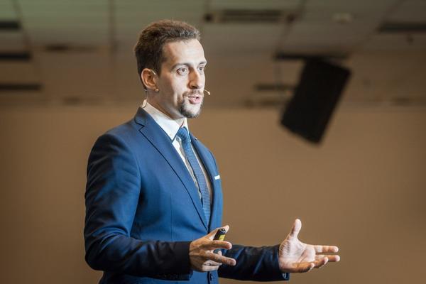 Temesvári Richárd vagyok, a Websiker Ügynökség vezetője, megálmodója, online marketing diagnoszta, tanácsadó és hallgatóim szerint a legérthetőbb online marketing tréner.